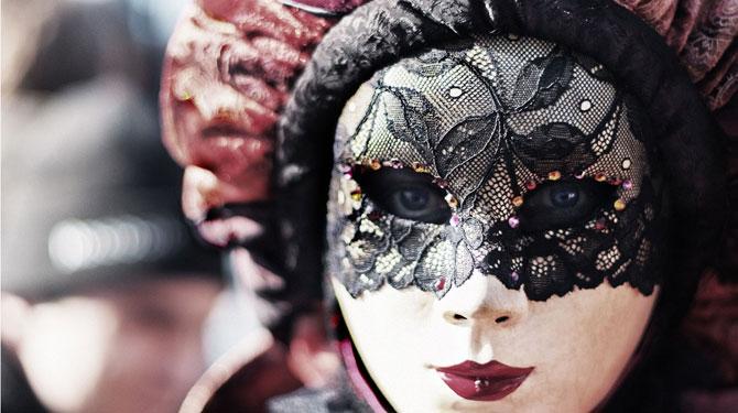 Frau mit venizianischer Maske