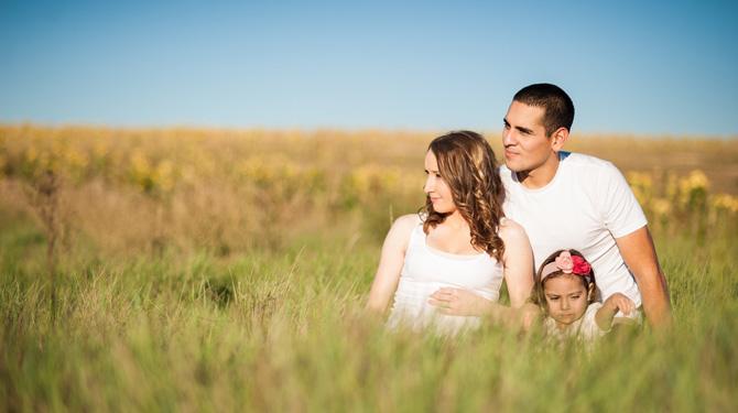 Junge Familie offline in der Natur