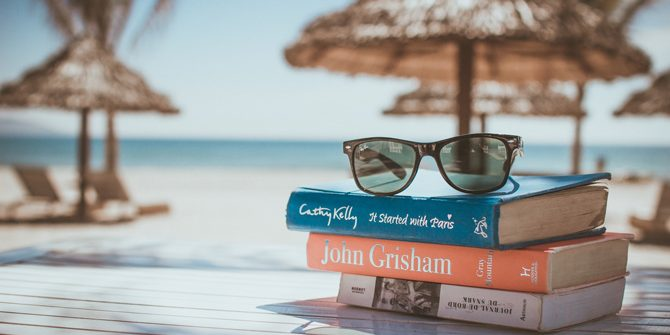Bücher auf einem Tisch am Strand.