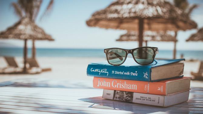 Digital Detox im Urlaub - Reisen (fast) ohne Smartphone - Bücher auf einem Tisch am Strand.